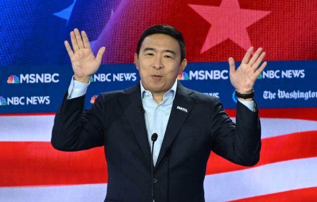 華裔總統參選人楊安澤認為MSNBC限制他在候選人辯論時發言,要求公開道歉。圖為楊安澤日前在民主黨初選第五輪辯論時闡述政見。(Getty Images)