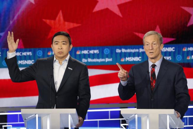 民主黨總統參選人億萬富豪史泰爾(右)發言時,楊安澤忍不住舉手示意,他有話要說。(美聯社)