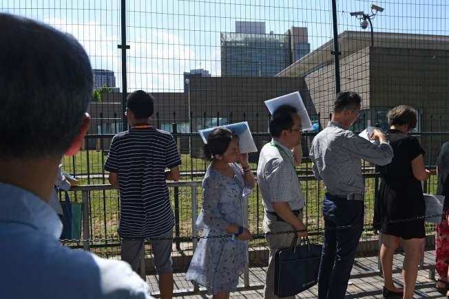 統計顯示,美中貿易戰以來,中國公民獲美簽證劇減。圖為大批民眾在北京美國大使館前排隊等候申請簽證。(Getty Images)