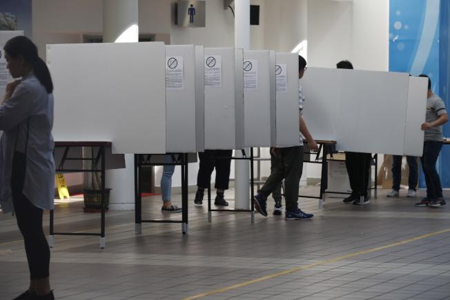 在半年反送中抗爭之後,香港區議員選舉備受各方矚目。圖為選務工作人員布置投票所。(歐新社)
