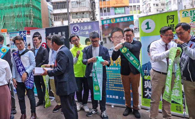 香港區議會一般選舉24日投票,選舉前夕,香港油尖旺區多名區議員候選人舉辦聯合催票記者會。(中央社)