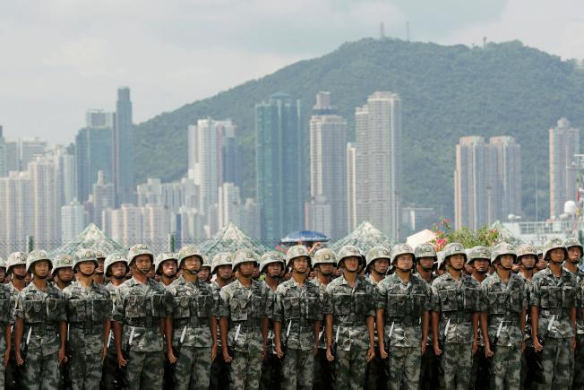 駐港解放軍在軍營展示戰技。(路透)