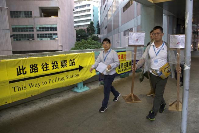 香港區議會周日選舉,工作人員在投票站布置。(美聯社)