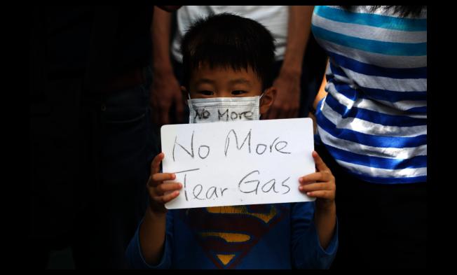 香港民眾23日在九龍塘發起遊行,要求港府停止使用催淚彈。(美聯社)