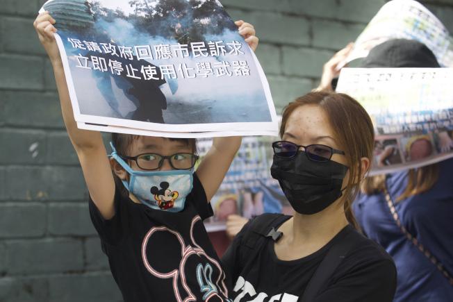 香港家長23日發起「保護小朋友行動」,反對港警過度使用催淚彈和化學武器。(美聯社)