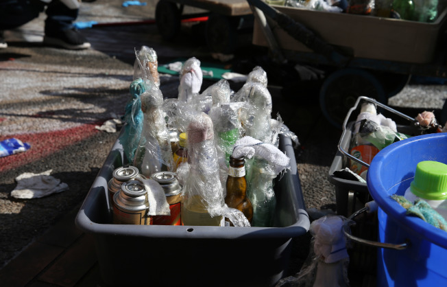 瘋狂之後的死寂——圖為丟棄在香港理工大學校園內的汽油彈等危險品。  (新華社)
