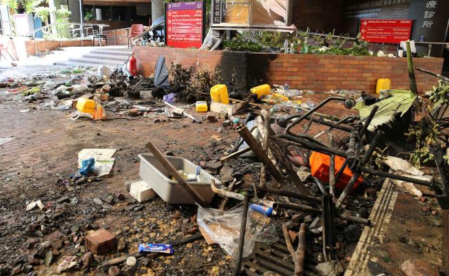 香港理工大學被示威者攻占後一片狼藉,校園多處設備遭毀壞,除有刺鼻臭腐味,還有留在校內的大量汽油彈和爆炸品。(新華社)