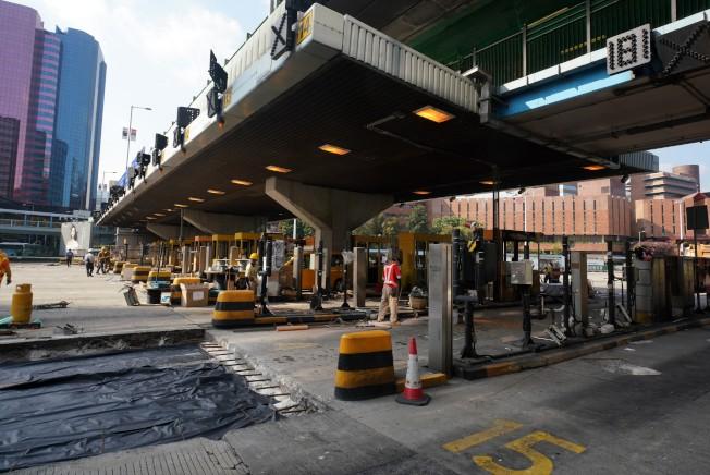 連接港島和九龍的紅磡海底隧被示威者破壞和縱火,自13日晚開始封閉至今。港府驅散示威者後開始修復,預估下周稍晚恢復通車。(中通社)