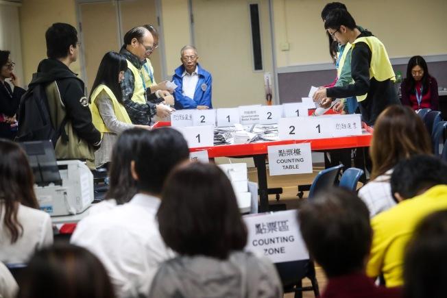 25日凌晨,香港灣仔一家投票站聚集大批民眾觀看作業情形。(中央社)