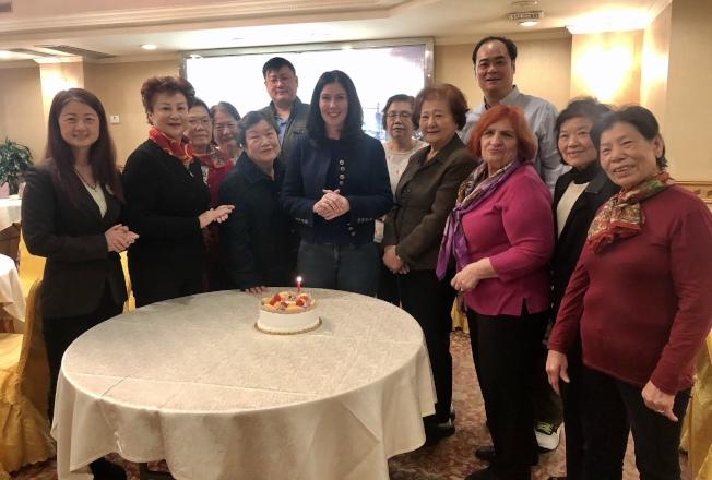 華裔支持者為克勞莉(前排左四)慶生,前排左五為陳道英。(記者朱蕾/攝影)
