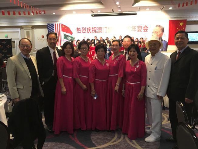 南加僑界舉辦慶祝澳門回歸20周年晚宴,圖為主辦者陳燦培(右二)與部分參與者合影。(記者啟鉻/攝影)