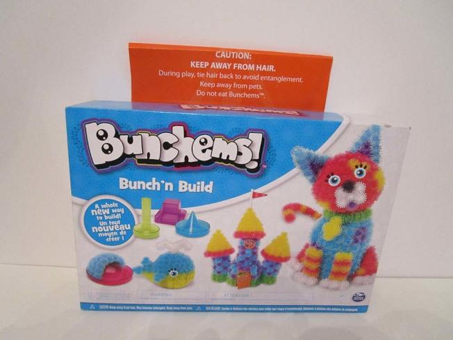 「Bunchems Bunch'n Build」玩具中的「自黏毛球」會沾黏頭髮,誤食可能窒息。(取自WATCH網站)