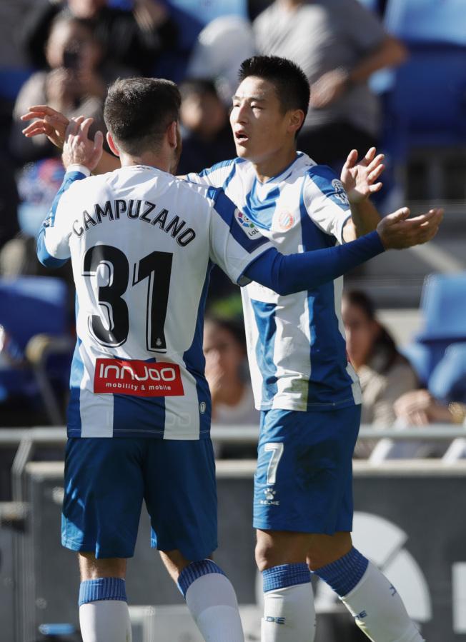 武磊(右)進球後,隊友興奮與他慶祝。(Getty Images)