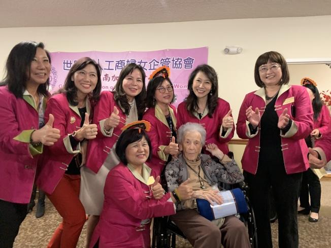 世界華人工商婦女企管協會南加州分會感恩佳節關懷耆英公益活動。(記者王子銘/攝影)
