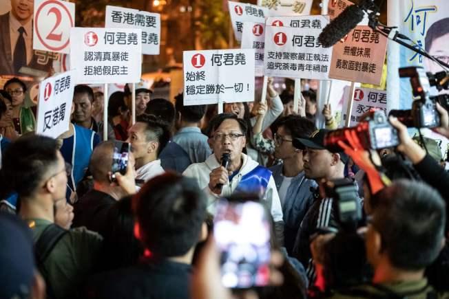 香港區議會選舉24日投票,親北京的建制派崩盤式慘敗,原來高喊撐警隊的何君堯也落敗。(Getty Images)