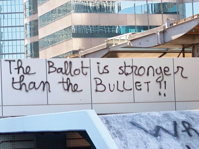 民主派在香港區議會選舉中大勝,示威者在大學校園寫下「選票比子彈更強」的標語。(推特照片)