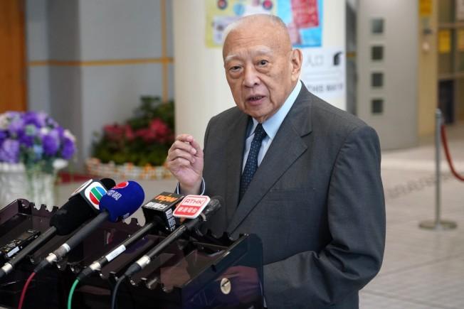 全國政協副主席董建華投票後會見媒體。 (中新社)