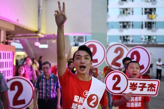 選前曾遇襲的香港民陣召集人岑子杰24日順利當選。(Getty Images)