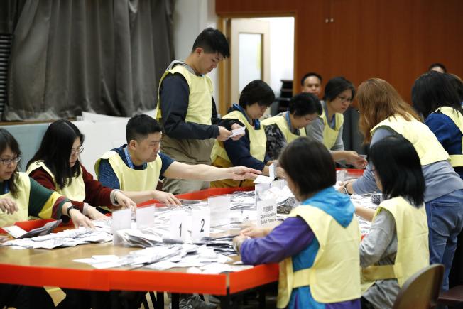 投票結果對林鄭的施政是一大挫敗。 圖為計票人員正在計票。(美聯社)