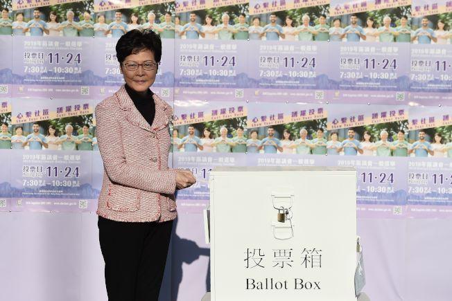 投票結果對林鄭的施政是一大挫敗。圖為港府特首鄭林月娥24日一早去投票。(路透)