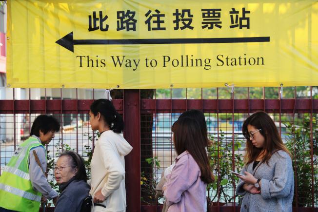 一大早就有人排隊投票,踴躍度創香港歷史新高。(路透)