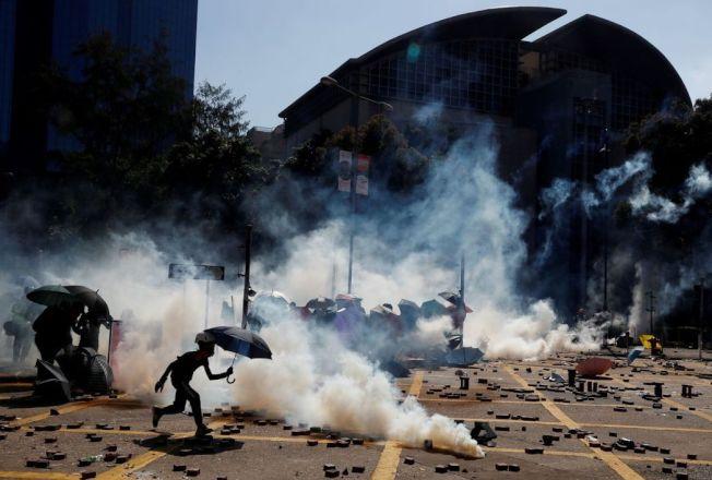 反送中示威5個多月,美國會上周通過香港人權法案,但川普總統尚未簽署。圖為港警在這期間共發射逾9000枚催淚彈,煙霧瀰漫整個香港。 (路透)
