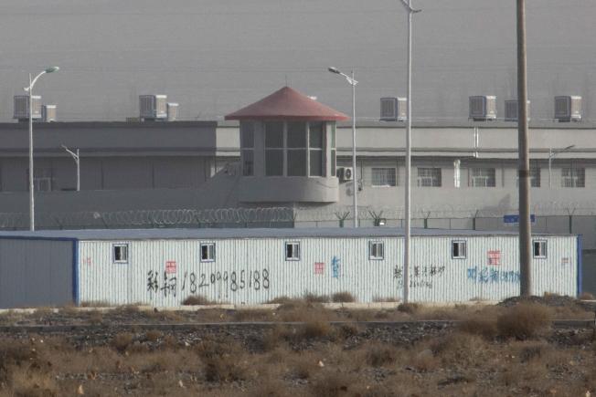 中國西部新疆阿圖什市昆山工業園區內的再教育營,關了上萬維族人,2018年12月。(美聯社)