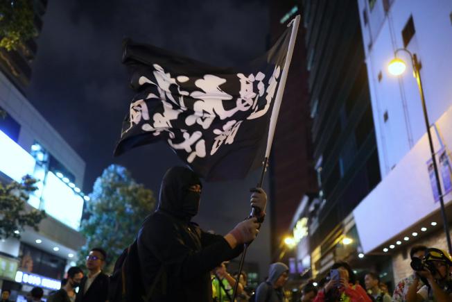 理大外示威者揮旗聲援。(路透)