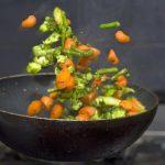 炒菜先用水這樣炒更健康!營養師傳授4招健康用油法