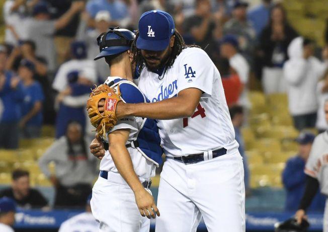道奇簡森(右)建議電視轉播時捕手手勢打馬賽克。(路透)