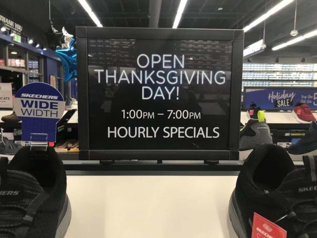 一些商家今年黑色星期五開打時間提前到感恩節當天中午,競爭激烈。(記者楊青/攝影)