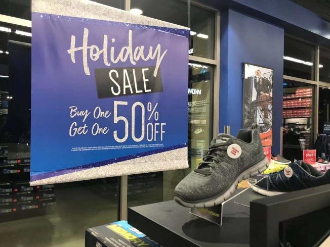 洛杉磯不少商家周一已掛出感恩節最大折價優惠,提早搶灘黑色星期五。(記者楊青/攝影)