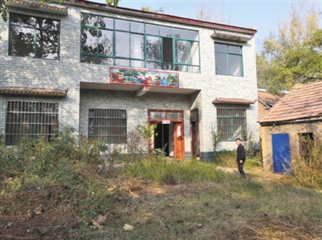 11月5日,王振傑回到家中,離家前打掃乾淨的院子已長滿了荒草。這棟新建的小樓,是他準備用來結婚的,全新的家具都是為了迎娶巴基斯坦新娘而購置。(取材自新京報)