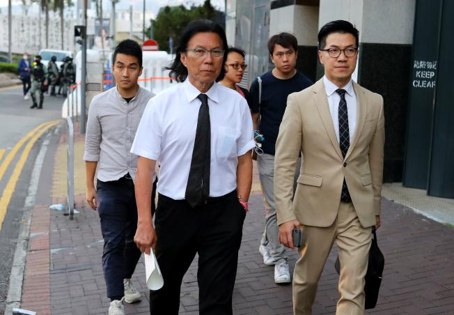 立法會議員范國威(右)與另外4名區議員當選人,前往理大支援留守的人士。(美聯社)