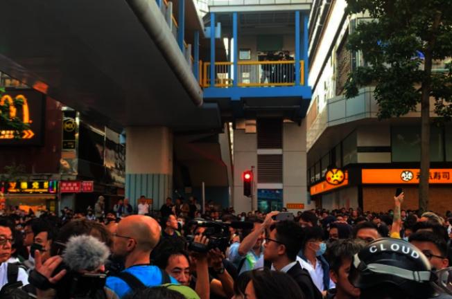 許多香港民眾跟隨議員前往香港理大方向,並行到科學館徑附近的馬路上。(取材自香港電台)