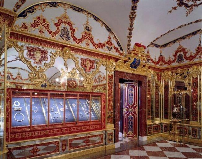 部分珍寶被竊賊自德勒斯登王宮的綠穹珍寶館的珠寶展示櫃中盗走。(美聯社)