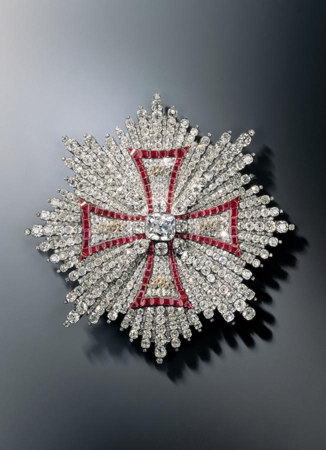 (備)自德勒斯登王宮的綠穹珍寶館的珠寶展示櫃中盗走的珠寶之一。(美聯社)