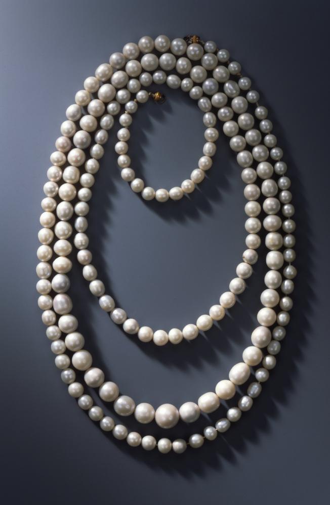 自德勒斯登王宮的綠穹珍寶館的珠寶展示櫃中盗走的珍珠項鍊。(美聯社)