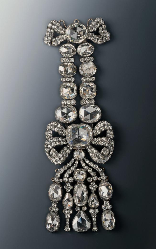 鑲有鑽石的肩章也是被盗走的珍寶之一。(美聯社)