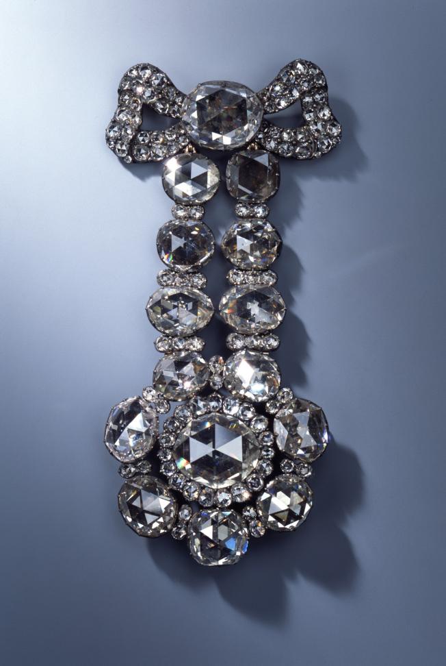 自德勒斯登王宮的綠穹珍寶館的珠寶展示櫃中盗走的珠寶,鑲有鑽石的帽扣。(美聯社)