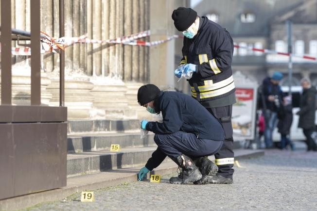 德國警方25日在館外刑事鑑定竊盗途徑。(美聯社)