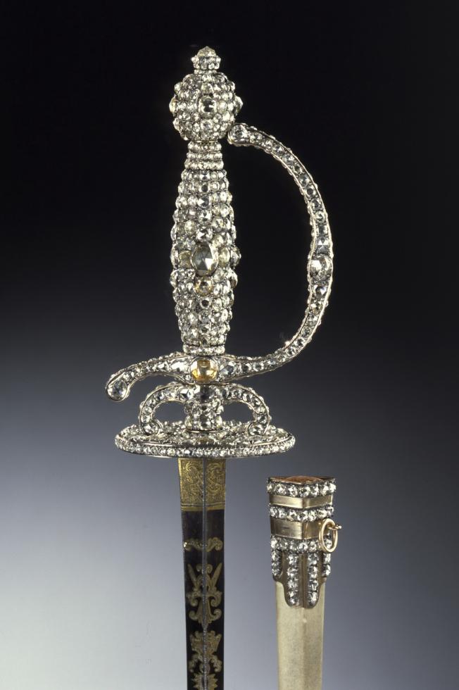 自德勒斯登王宮的綠穹珍寶館的珠寶展示櫃中盗走的一柄柄部鑲有鑽石的戰劍。(美聯社)
