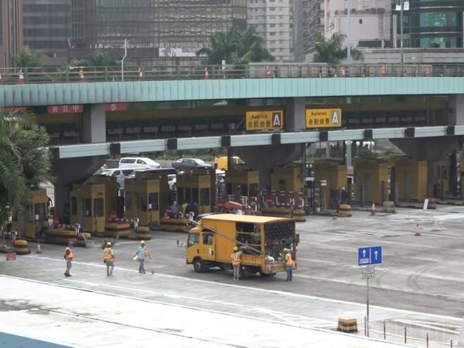 港府積極修復紅磡海底隧道,圖為修復中的隧道收費亭。(取材自香港電台)
