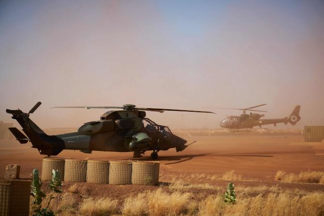 法軍兩架直升機25日晚間在馬利低空對撞,造成13名官兵殉職。圖為失事的虎式直升機一架同型機(左)8日停在馬利北部的法國軍事基地。Getty Images