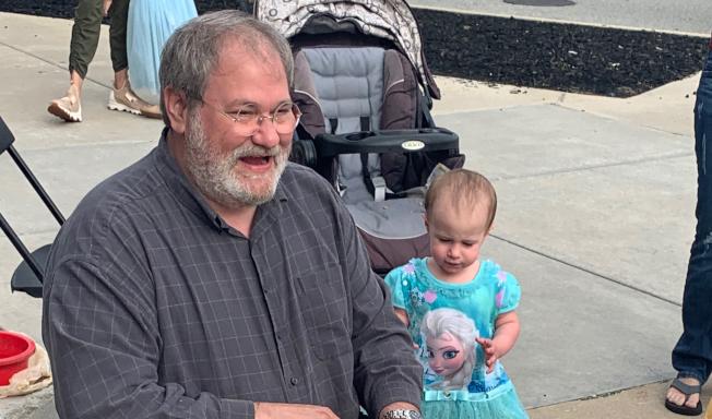 18個月大女童克洛伊.韋根(右)今夏自遊輪11層甲板高處跌落地面喪生,女童祖父薩爾瓦托.安內洛(左)被控過失殺人罪。他26日堅稱不知道遊輪窗戶是打開的。(NBC電視台截圖)