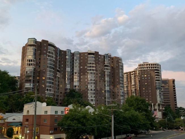 亞馬遜宣布注資2000萬元支持阿靈頓郡興建更多可負擔住房。圖為當地社區。(記者張筠 / 攝影)