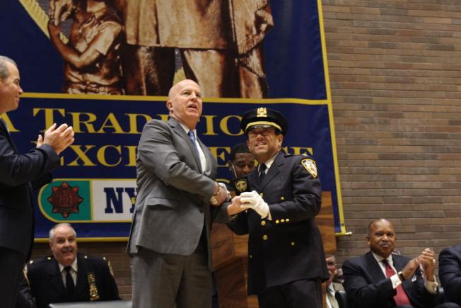市警總局局長歐尼爾為余振源頒發新警銜。(記者張晨/攝影)