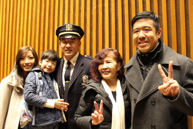 妻子胡瑩瑩(左一)、母親施碧花(右二)與弟弟盧曉傑(右一),一起見證盧曉士(左三)的晉升禮。(記者張晨/攝影)