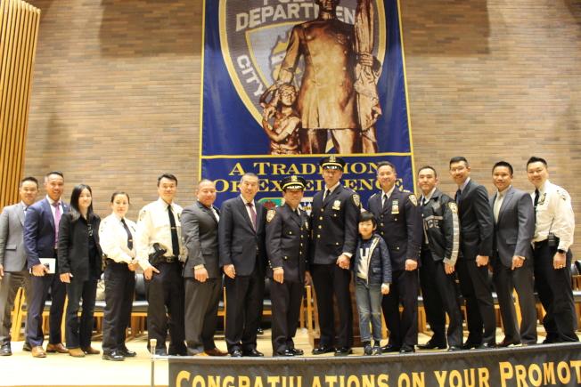 部分市警亞裔警官協會成員參加典禮祝賀同事晉升。(記者張晨/攝影)