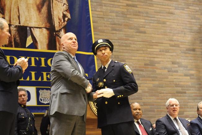 市警總局局長歐尼爾為谷口直樹頒發新警銜。(記者張晨/攝影)